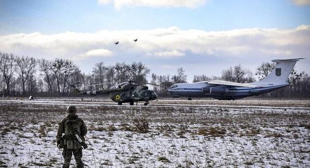 Tổng thống Ukraine Petro Poroshenko kiêm Tổng tư lệnh tối cao các lực lượng vũ trang nước này vừa thực hiện một chuyến thăm và làm việc tại vùng Zhytomyr.