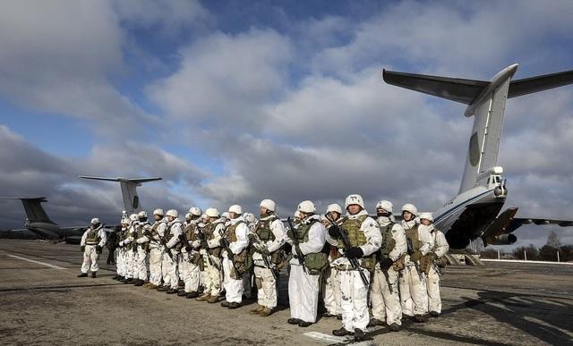 Tại đây ông Poroshenko đã thị sát quá trình sẵn sàng chiến đấu của đơn vị tấn công xung kích thuộc Không quân Ukraine, lực lượng này được coi là át chủ bài trong trường hợp nổ ra chiến tranh với Nga.