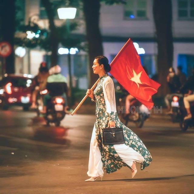 """NSƯT Chiều Xuân là nghệ sĩ gây xôn xao nhất mạng xã hội ngày hôm nay với bức ảnh mặc áo dài, cầm cờ Tổ quốc đi """"bão"""". (Ảnh: Khôi Minh)."""