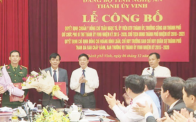 Ông Nguyễn Văn Thông - Phó Bí thư Tỉnh ủy Nghệ An trao Quyết định và tặng hoa chúc mừng ông Trần Ngọc Tú tân Chủ tịch UBND TP Vinh.