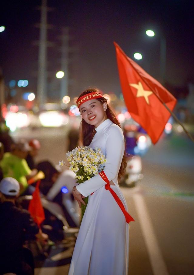 Vẻ đẹp của cô gái 23 tuổi mặc áo dài truyền thống