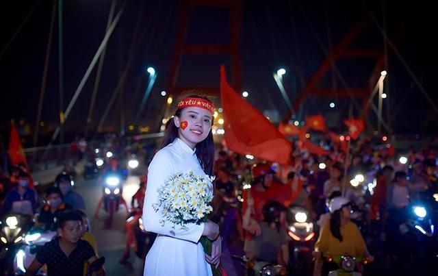 Thú vị hình ảnh thiếu nữ mặc áo dài vẫy cờ cổ vũ ĐT Việt Nam trên cầu Bình Lợi - 8