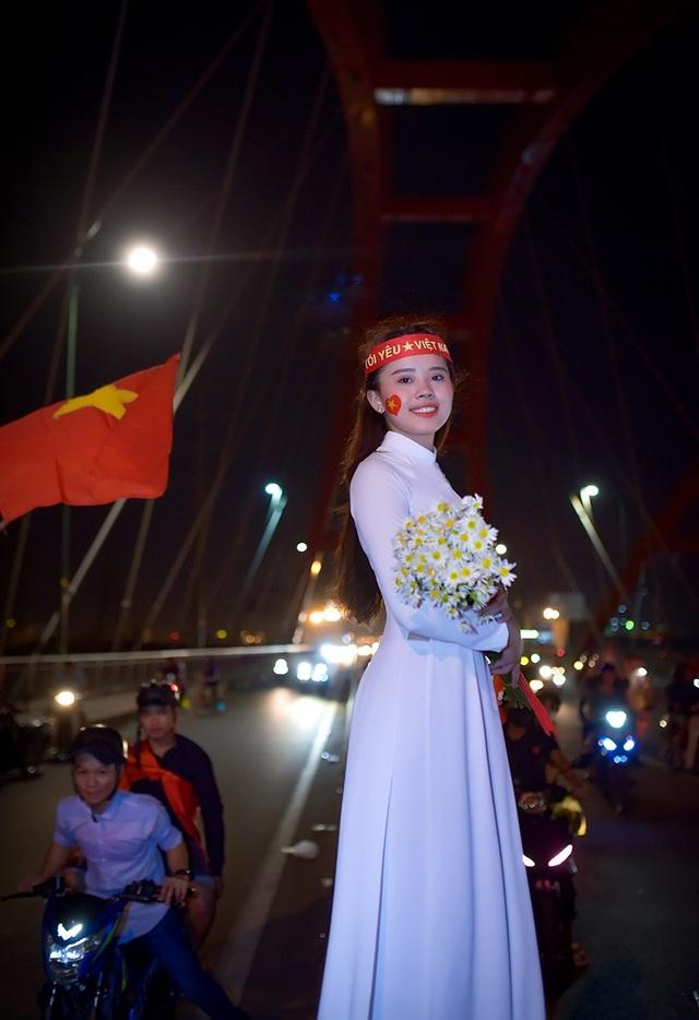 Thú vị hình ảnh thiếu nữ mặc áo dài vẫy cờ cổ vũ ĐT Việt Nam trên cầu Bình Lợi - 7