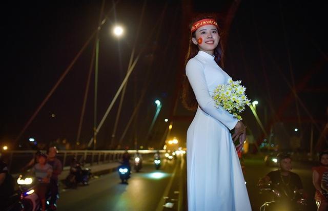Thú vị hình ảnh thiếu nữ mặc áo dài vẫy cờ cổ vũ ĐT Việt Nam trên cầu Bình Lợi - 6