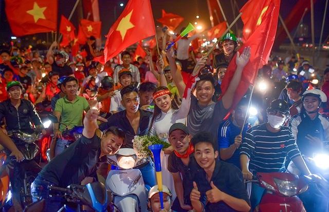 Thuỳ Hương nổi bật giữa dòng người đi bão cổ vũ đội tuyển Việt Nam.