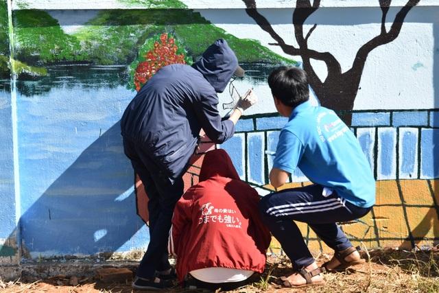 Những bức tranh mang nội dung về bảo vệ môi trường, tình cảm thầy trò, ước mơ được các em học sinh thể hiện