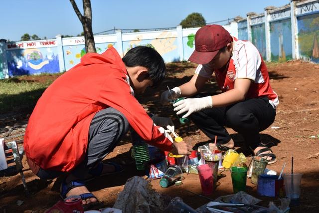 Học sinh miệt mài pha màu để vẽ lên các bức trường trong trường học