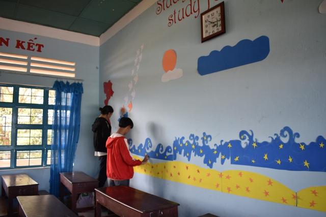 Các lớp học cũng được trang trí, khoác lên trường bộ áo đầy màu sắc