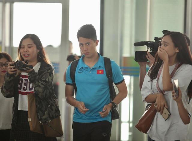 Trung vệ Đình Trọng tại sân bay