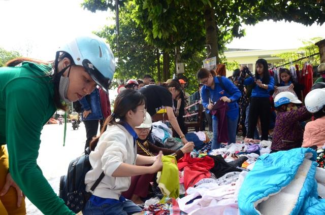 Hình thức bán quần áo cũ với giá tượng trưng là 2.000 đồng/sản phẩm thu hút khá đông người tham gia.