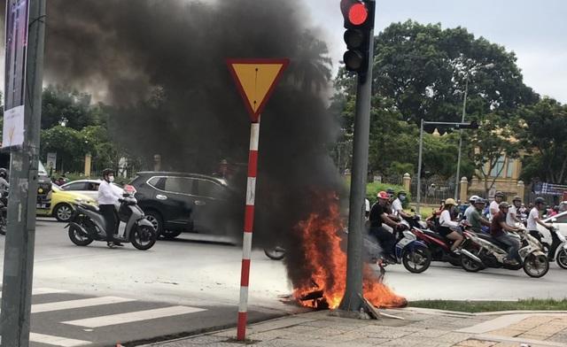 Chiếc xa bốc cháy ngùn ngùn ngay giữa giao lộ đông người xe ở Đà Nẵng