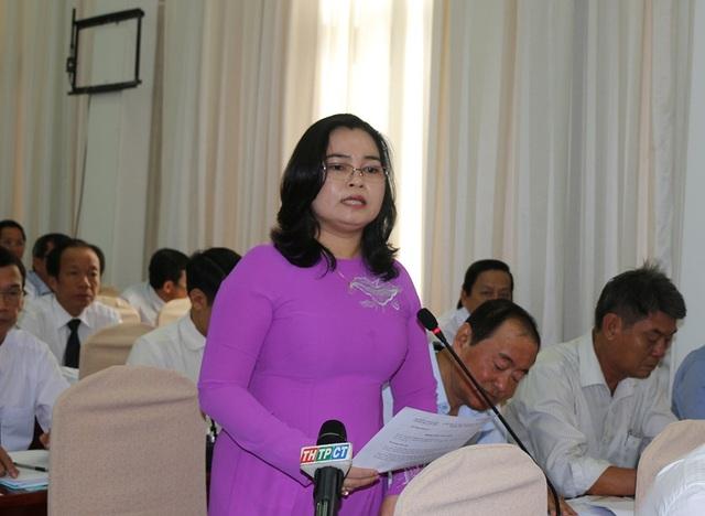 Bà Trần Hồng Thắm - Giám đốc Sở GD&ĐT TP Cần Thơ trả lời câu hỏi của đại biểu
