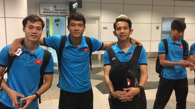 Văn Toàn, Đức Chinh và Hồng Duy chụp ảnh tại sân bay