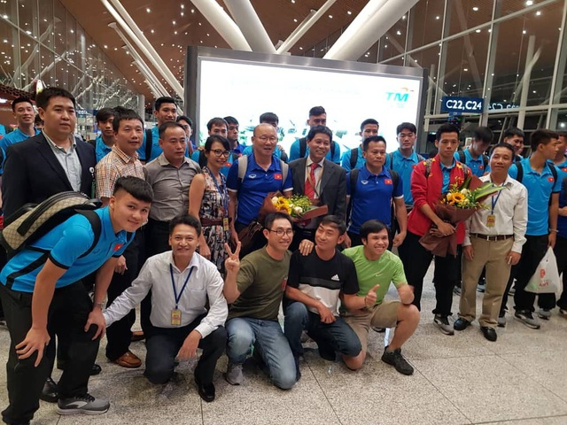 Toàn đội tuyển Việt Nam chụp ảnh lưu niệm với người hâm mộ tại sân bay Kuala Lumpur
