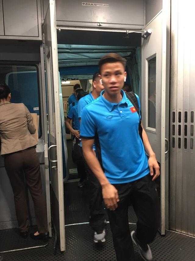Hành trình bay 3 tiếng đồng hồ không khiến các tuyển thủ Việt Nam cảm thấy mệt mỏi