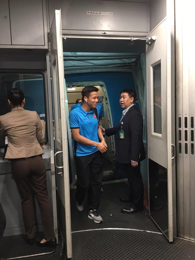 Các cầu thủ Việt Nam rạng rỡ xuống máy bay tại thủ đô Malaysia
