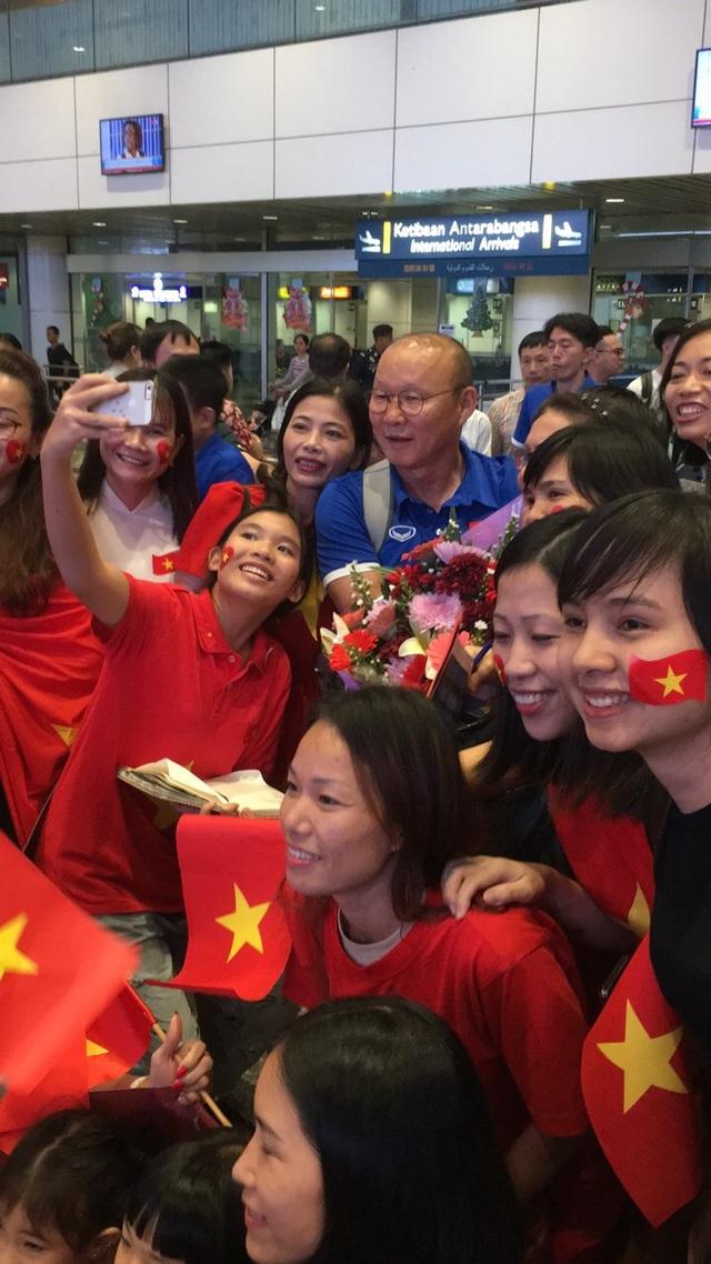 HLV Park Hang Seo chụp ảnh với người hâm mộ Việt Nam ở sân bay Kuala Lumpur