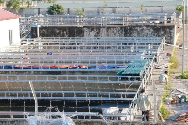 Công ty phát triển hạ tầng các KCN Ninh Bình đang cho người lắp đặt hệ thống nắp bể chứa nước thải.