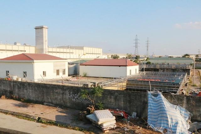 Các bể chứa nước thải của nhà máy xử lý nước thải tập trung trong KCN Gián Khẩu nằm ngay sát khu dân cư, bốc mùi hôi thối hành dân trong thời gian dài.