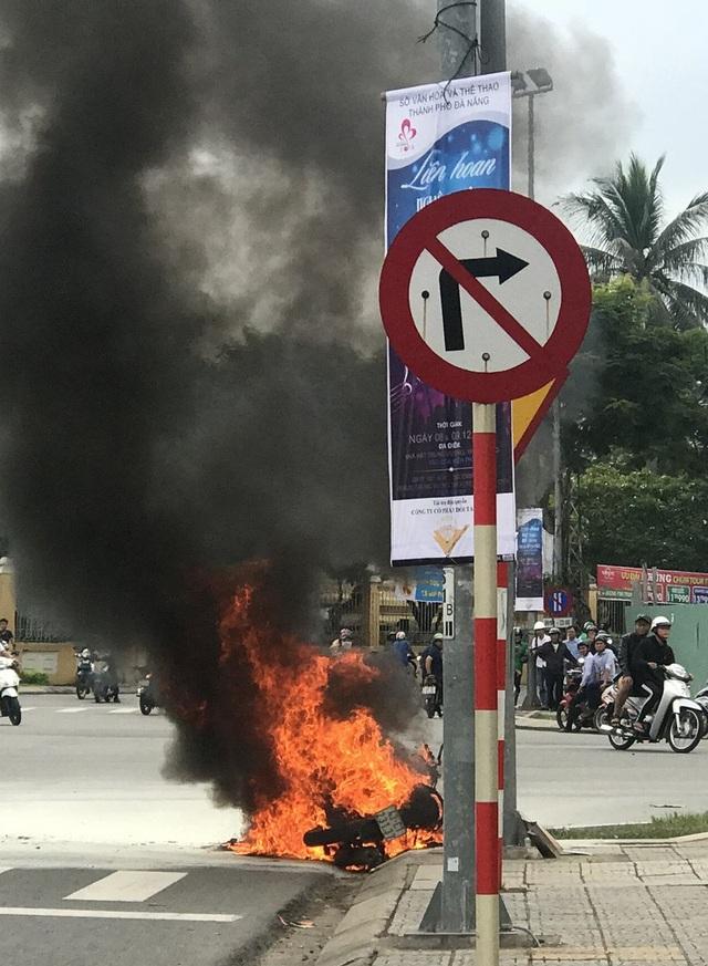 Chiếc xe nhanh chóng bị cháy rụi, trơ khung