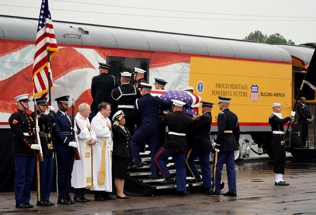"""Sau lễ tang tại nhà thờ St. Martin ở Houston, Texas hôm 6/12, linh cữu của cố Tổng thống George H.W. Bush đã được đưa lên đoàn tàu mang số hiệu 4141 tại Spring, Texas để tới nơi an nghỉ cuối cùng. Cố Tổng thống Bush """"cha"""" là tổng thống thứ 41 của Mỹ."""
