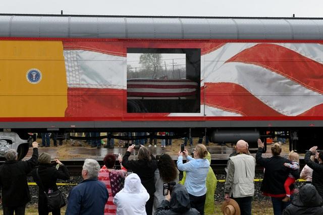 Đây là lần đầu tiên trong 49 năm, linh cữu của một tổng thống Mỹ được đưa tiễn bằng tàu hỏa để về nơi an nghỉ cuối cùng. Trước đó, truyền thống này được bắt đầu từ thời cố Tổng thống Abraham Lincoln.