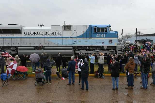 """Năm 2005, hãng đầu máy tàu hỏa Union Pacific từng thiết kế một đầu tàu đặc biệt để vinh danh Tổng thống Bush """"cha"""". Đầu tàu được sơn màu xanh và trắng, tương tự màu của chuyên cơ Không Lực Một phục vụ các tổng thống Mỹ, và có dòng chữ George Bush 41."""