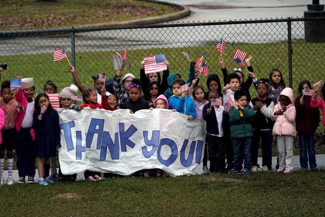 Hàng trăm người dân Mỹ đã đứng hai bên đường tiễn đưa cố tổng thống về nơi an nghỉ cuối cùng. Họ cầm cờ Mỹ, mặc áo in cờ Mỹ, vẫy tay chào từ biệt cố tổng thống.