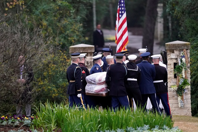 """Cố Tổng thống Bush """"cha"""" qua đời vào ngày 30/11 tại Houston ở tuổi 94. Thi hài của ông sau đó được đưa tới thủ đô Washington, quàn tại trụ sở tòa nhà Quốc hội Mỹ trước lễ quốc tang hôm 5/12."""