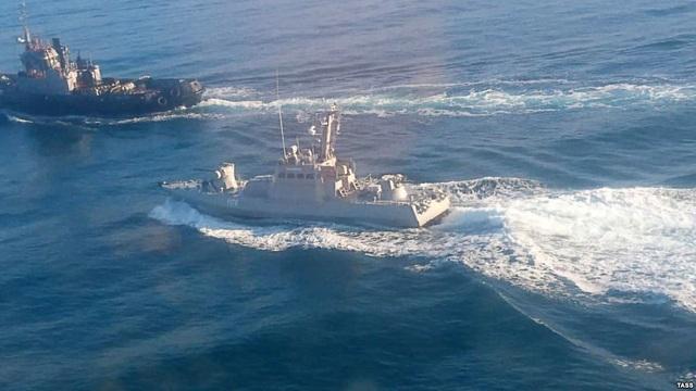 Tàu Nga và Ukraine rượt đuổi ở eo biển Kerch ngày 25/11. (Ảnh: TASS)