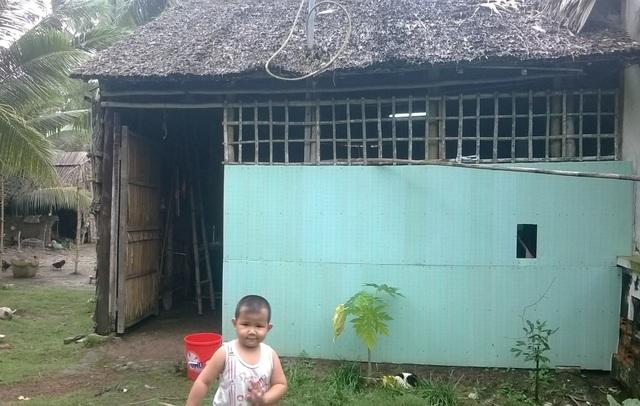 Cả gia đình 4 người sống trong cái chòi vách lá này