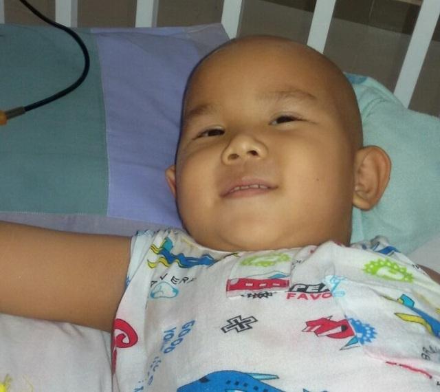 Dù nằm yên trên giường bệnh hàng tiếng đồng hồ, Nhất Huy vẫn cười thật tươi để trấn an mẹ