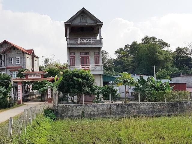 Căn nhà anh Đinh Trần Hiếu xây dựng trái phép một phần trên đất nông nghiệp chình ình ngay bên đường làng.