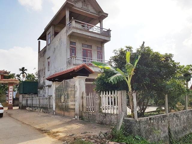 Căn nhà kiên cố của anh Đinh Trần Hiếu, xây trên đất nông nghiệp vẫn án ngữ, chưa bị chính quyền xã Liên Sơn tháo dỡ vi phạm theo chỉ đạo của huyện.