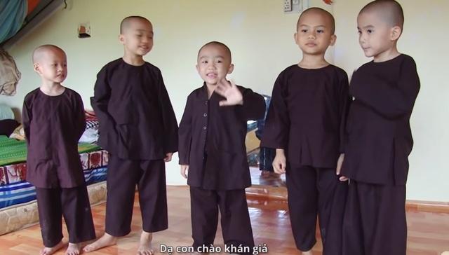 Được biết, các bé đều là trẻ mồ côi và đang được nuôi dưỡng tại Tịnh thất Bồng Lai (191A ấp Lập Thành, xã Hòa Khánh Tây, huyện Đức Hòa, tỉnh Long An).