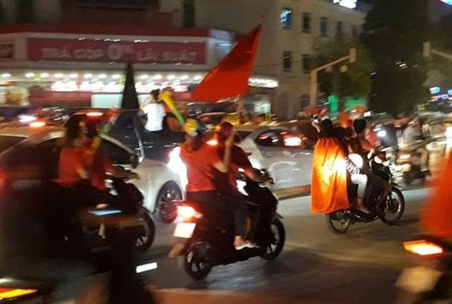 Các ngả đường tại thành phố Thanh Hóa đông nghẹt người hâm mộ ra đường ăn mừng chiến thắng.