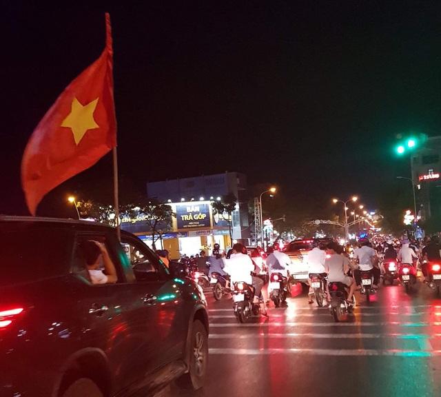 Các cổ động viên mang theo cờ Tổ quốc ra đường ăn mừng chiến thắng.