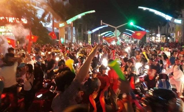 Tuyến đường Đại lộ Lê Lợi tập trung đông người và phương tiện ăn mừng chiến thắng của đội tuyển Việt Nam.