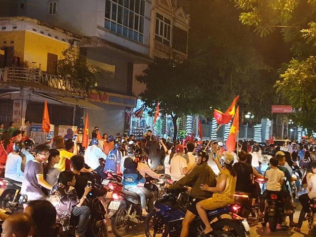 Các tuyến đường Lê Công Thanh, Biên Hòa đều đặc kín người, không khí đường phố hết sức náo nhiệt.