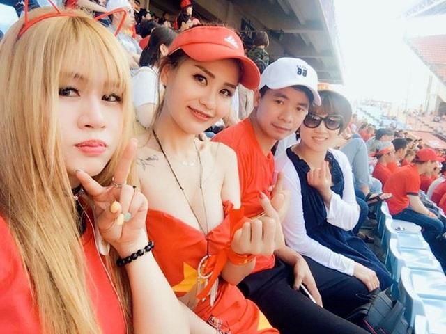Hình ảnh cô nàng để lộ vài trần gợi cảm trên khán đài sân cỏ thu hút sự chú ý của đông đảo fan bóng đá Việt.