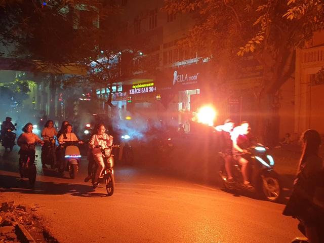 Những chùm pháo sáng, pháo bông cũng được đốt ngay trên đường phố