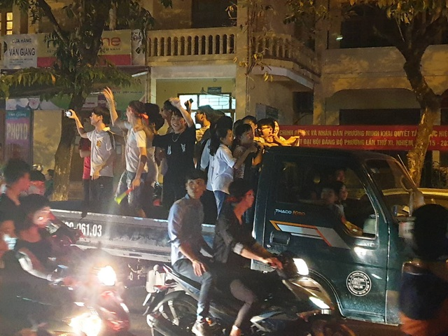 Hàng triệu người đổ ra đường mừng tuyển Việt Nam vào chung kết - 7