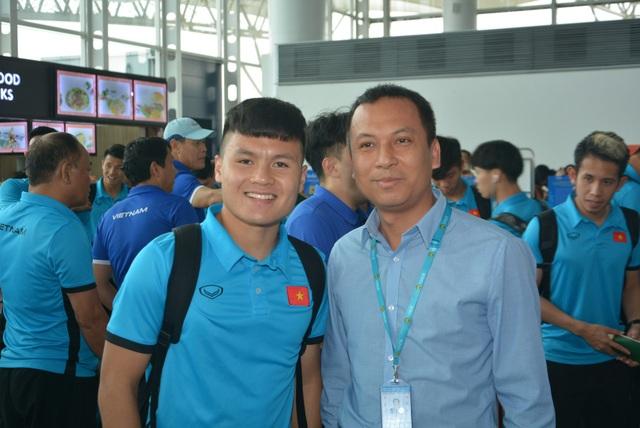 Người hâm mộ chụp ảnh với Quang Hải