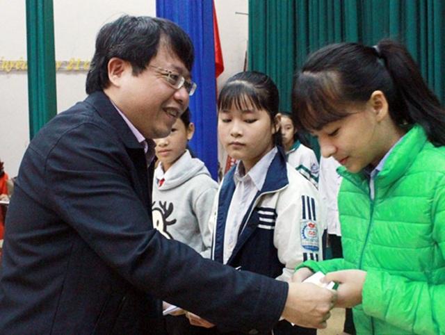 Được ủy quyền của Quỹ khuyến học khuyến tài Nguyễn Du, lãnh đạo tỉnh Hà Tĩnh trao tặng học bổng cho học sinh nghèo vượt khó trên địa bàn.