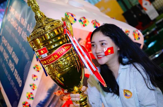 Một số fan nữ đã chuẩn bị cờ, miếng dán quốc kỳ... kể cả một chiếc cúp vô địch để cổ vũ cho Tuyển Việt Nam.