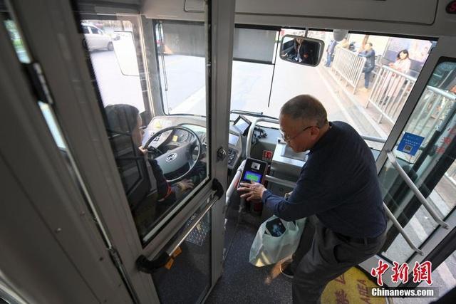 Nhiều thành phố tại Trung Quốc đã lắp thêm cửa để bảo vệ tài xế xe buýt