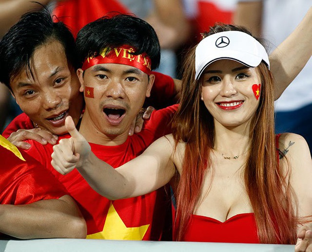 Cô gái này được xem là nữ CĐV Việt nổi tiếng nhất năm 2017 bởi những hình ảnh sexy trên khán đài được ống kính phóng viên ghi lại.
