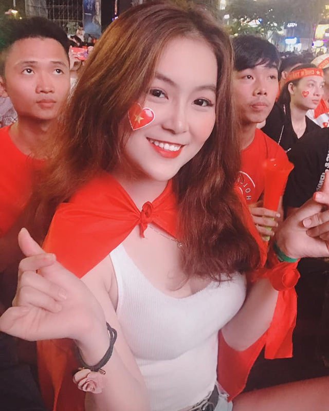 Trần Trân rất đam mê bóng đá và nhiệt tình cổ vũ cho đội tuyển Việt Nam tham dự AFF Cup
