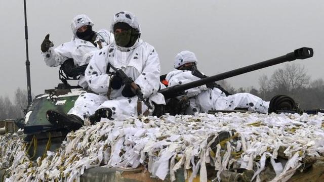 Quân đội Ukraine tập trận gần biên giới Nga hôm 3/12. (Ảnh: AFP)