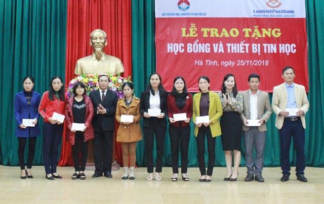 Phó Chủ tịch HĐND tỉnh Hà Tĩnh Võ Hồng Hải và lãnh đạo Sở GD&ĐT trao tặng học bổng từ Quỹ Khuyến học Khuyến tài Nguyễn Du cho các giáo viên vượt khó dạy giỏi.